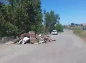 Куча строительного мусора перегородила дорогу в Шахтах