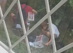 Парочка, опустошающая коробки с пожертвованиями на лечение детей, попала на видео в Шахтах