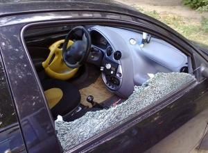 Разбив стекло автомобиля, 26 –летний шахтинец украл сумку с деньгами и золотым браслетом