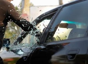 Шахтинец разбил стекло «Митсубиси» и украл видеорегистратор