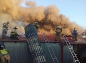 В Шахтах сгорело около 200 квадратных метров продовольственной базы