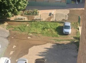 В поселке ХБК в Шахтах вода вместо кранов потекла по улице