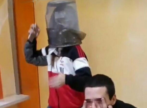 Танцы с мусорной урной на голове продемонстрировали шахтинские подростки