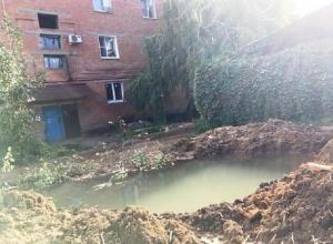 Глубокий котлован с водой брошен без ограждения в густонаселённом районе Шахт