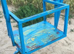 Вандалы на детской площадке в Шахтах измазали качели и турники солидолом
