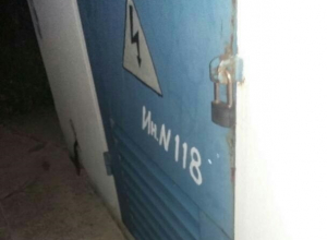 Всю неделю горит свет в трансформаторной будке в Шахтах