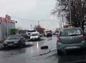 Выбоины на выезде из Шахт обозначили старыми шинами