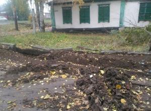 Непролазной грязью и вывороченными бордюрами закончился ремонт водопровода в Шахтах