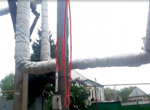 Аварийный бетонный столб угрожает рухнуть на газовую трубу в Шахтах