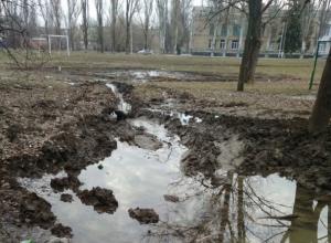 Спортивную площадку школы № 38 в Шахтах топит порыв воды