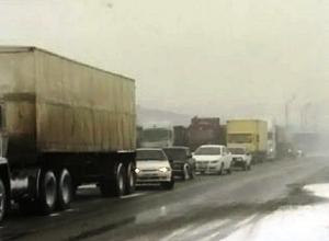 На трассе под Шахтами машины движутся со скоростью пешехода