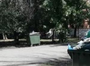 Коммунальщики в Шахтах перенесли баки ближе к подъезду и «забыли» вывозить