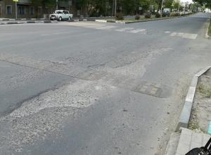 Новенький асфальт на проспекте Чернокозова в Шахтах расползается на глазах
