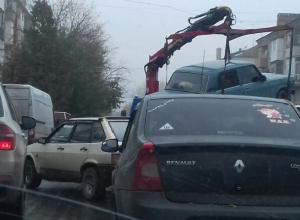«Создают пробки и выбирают машины подешевле», - возмутились работой эвакуатора жители Шахт