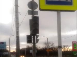 На оживленном перекрестке в Шахтах несколько дней не работает светофор