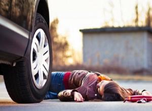 В Шахтах разыскивают водителя, сбившего 20-летнюю девушку на переходе
