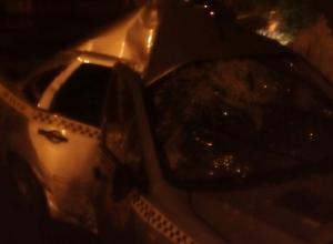 Таксист на скорости врезался в столб в Шахтах