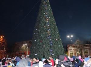 Главную шахтинскую ёлку торжественно «зажгли» на площади Ленина