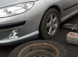 На въезде в город шахтинец попал в яму и пробил колесо