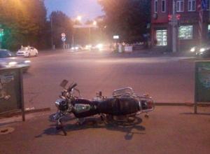 Мотоциклист без прав проехал на «красный» и столкнулся с «шестеркой» в Шахтах