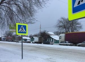 Снегопад вызывает пробки на улице Маяковского в Шахтах