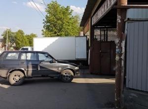 Грузовики, паркующиеся на улице Советской, шахтинцы обходят по дороге