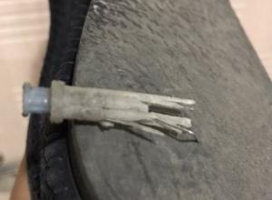 Иголка от использованного шприца впилась в обувь жителя Шахт