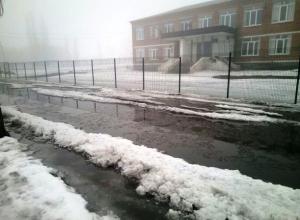 В одну огромную лужу превратилась дорога около школы № 17 в Шахтах