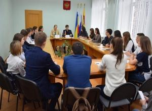 Вновь избранным депутатам Молодёжного парламента в Шахтах вручили удостоверения