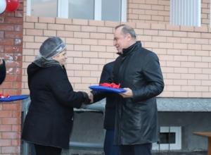 Новогодний подарок: шахтинским обманутым переселенцам вручили ключи от квартир