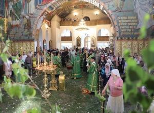 В канун дня Святой Троицы всенощное бдение прошли в кафедральном соборе в Шахтах