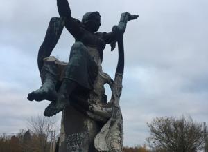 Чиновники не собираются восстанавливать разваливающийся памятник советским ткачихам в Шахтах