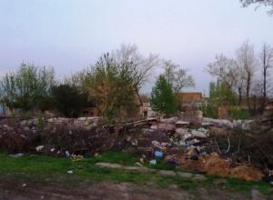 Старый барак превратили в свалку в Шахтах