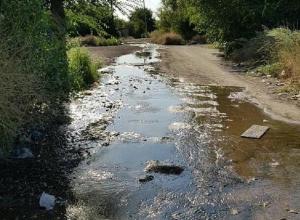 Две недели вода заливает улицу в поселке 20 лет РККА в Шахтах
