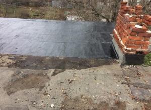 После обращения в «Блокнот Шахты» в многоэтажке на Обухова латают крышу