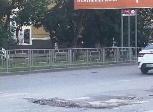 Весь день шахтинец ремонтировал яму на проспекте Победы Революции