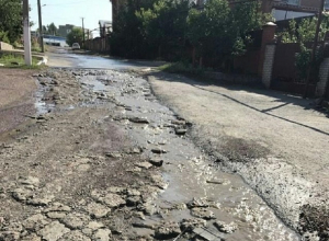 Текущая вода размывает улицу Текстильную в Шахтах