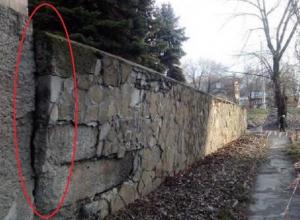 Шахтинцы обеспокоены состоянием каменного парапета на Машиносчетной