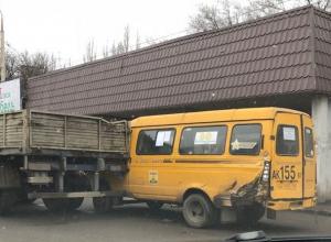 Пассажирская «Газель» попала под грузовик в Шахтах