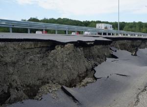Под Шахтами из-за обвала  дороги на федеральной трассе образовалась пробка