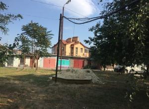 Над детской площадкой уже 20 лет висит «временный» провод в самом центре Шахт
