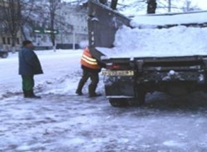Очищать более чем 800 км городских дорог в Шахтах вышли 8 единиц спецтехники