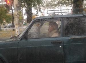 Блондинка, болтающая по телефону за рулём разбитой «шестёрки», рассекает по шахтинским дорогам в поисках жертв