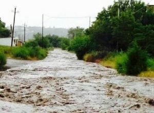 Горная река вместо дороги образовалась на улице Земледельческая в Шахтах