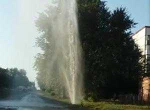 Фонтан воды под 30 метров вырвался из-под асфальта на Артёме в Шахтах