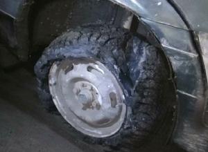 Три машины пострадали на одной яме за утро в Шахтах