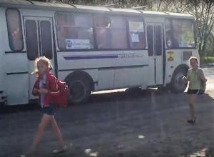 Шахтинские школьники ежедневно подвергают свою жизнь опасности из-за отсутствия пешеходного перехода в поселке Аюта
