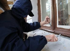 В Шахтах 31-летний домушник отжал окно и стащил золото