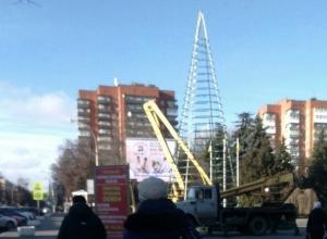 В Шахтах приступили к монтажу главной городской ёлки
