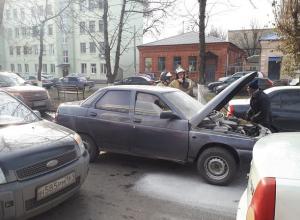 Вспыхнувший посреди улицы в Шахтах автомобиль напугал прохожих